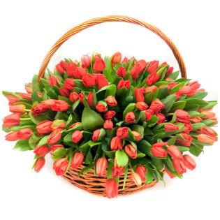 Цветы в корзинке «Красные тюльпаны»